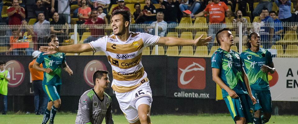 Diego Ramírez festejando con sus muchachos uno de los goles