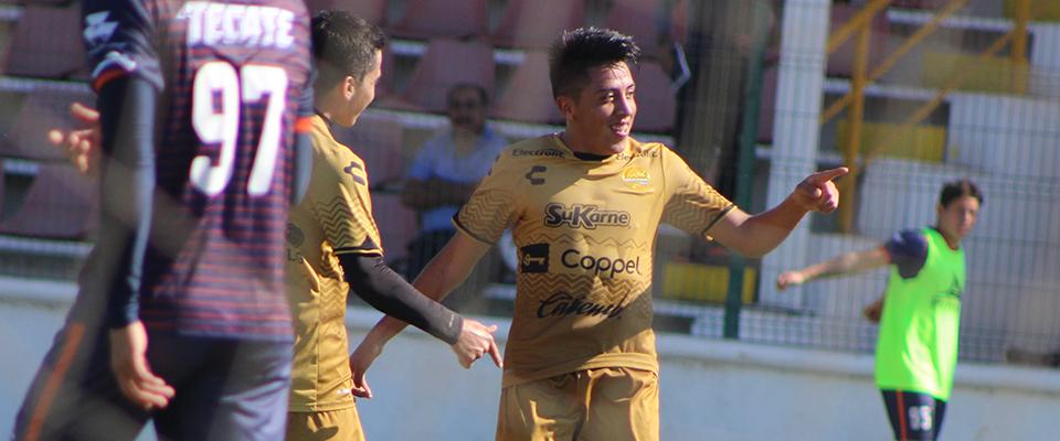 José Lugo en abrazo con su Director Técnico, Marco Marroquín