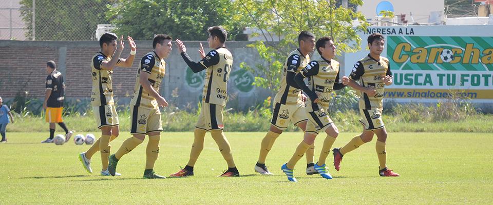 Brandon López festejando el tercer gol de la tercera