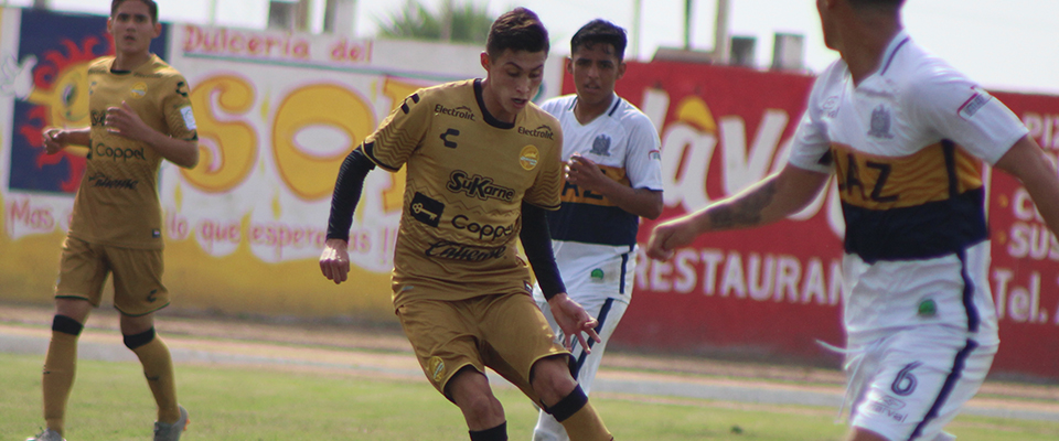 Víctor Torres, defensa central del equipo de Sinaloa