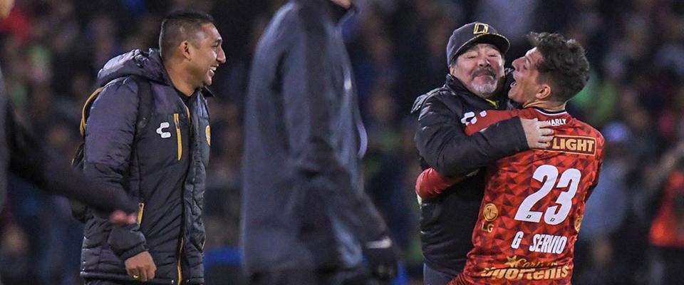 Gaspar Servio en festejo con Diego Armando Maradona