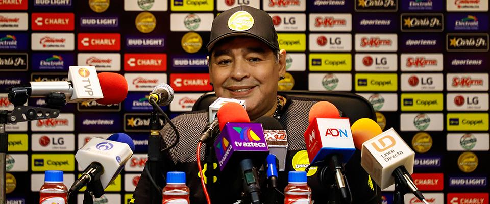 Maradona saludando a la Familia Dorada (Foto: Enrique Serrato)