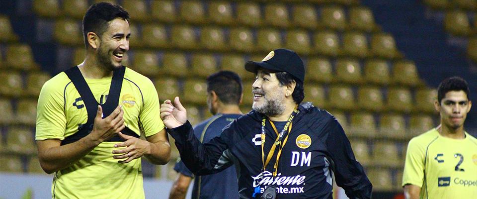 Jesús Chávez bromeando con Diego Maradona