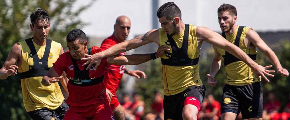 Julio Nava disputando el esférico con Omar Mendoza