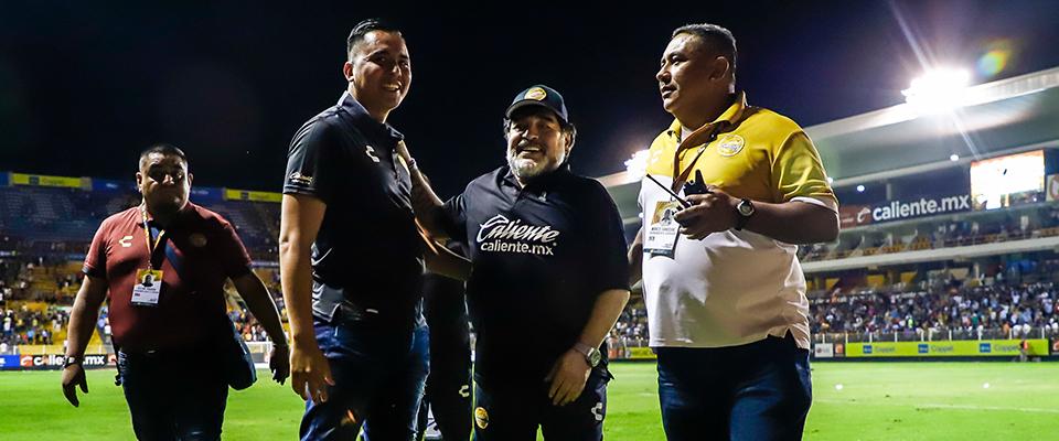 Maradona celebrando con la Familia Dorada